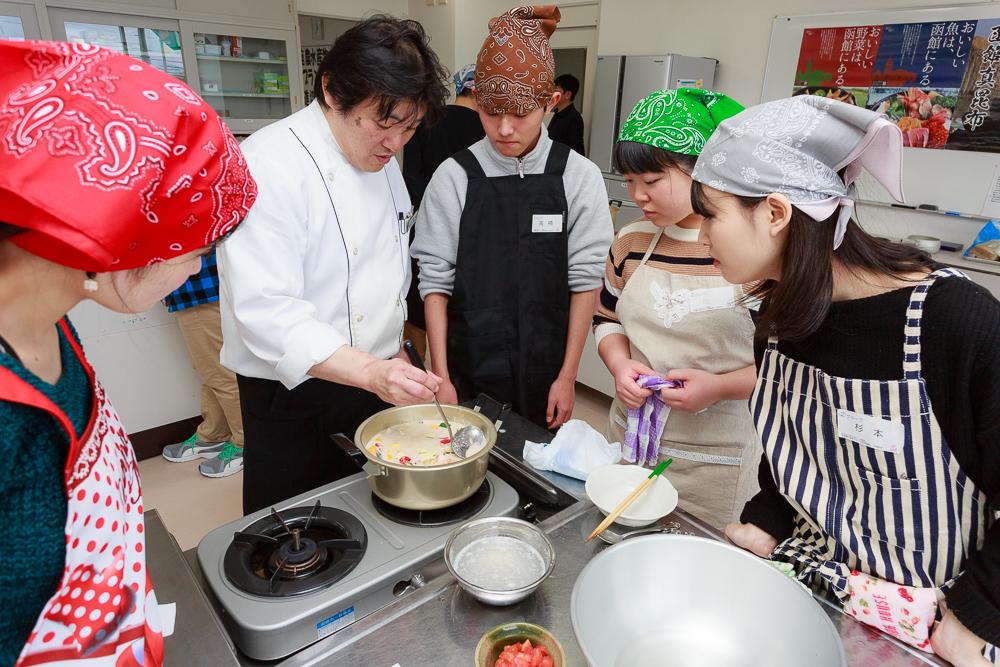 地元食材で「はこだてチャウダー」、高校生・大学生向け料理教室を開催