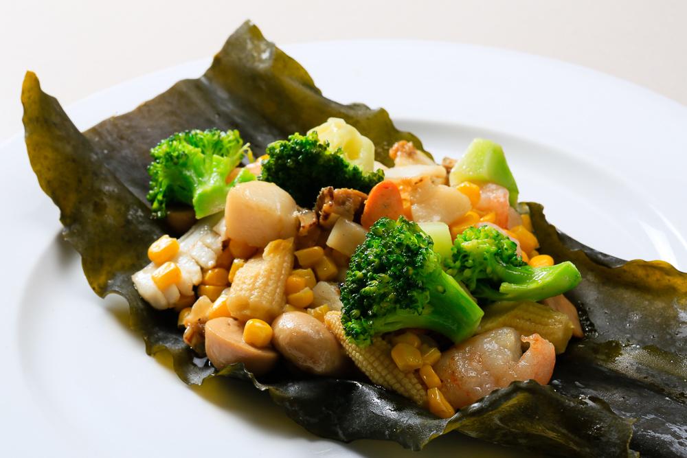 近海の魚貝と野菜の昆布茶炒め
