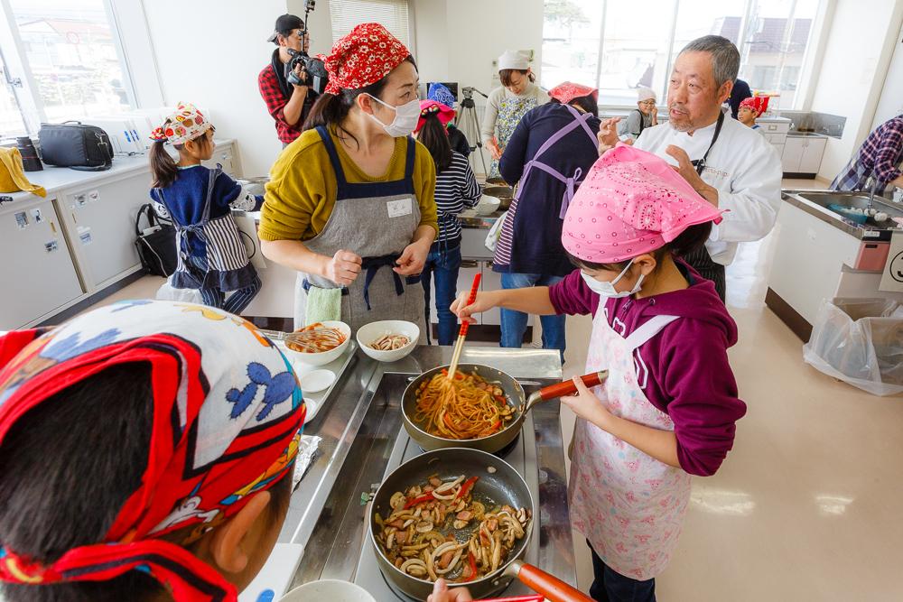 「イカナポリタン」作りに挑戦。親子向け料理教室開催