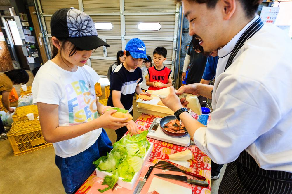 収穫と料理を通して「食」を考える、夏休み親子バスツアー